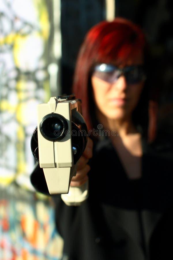 Femme orientant le canon des sciences fiction images stock