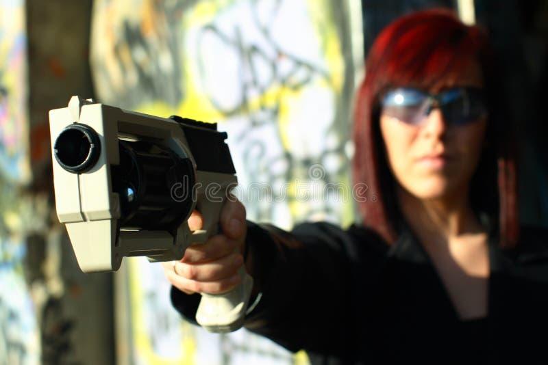 Femme orientant le canon des sciences fiction photos stock