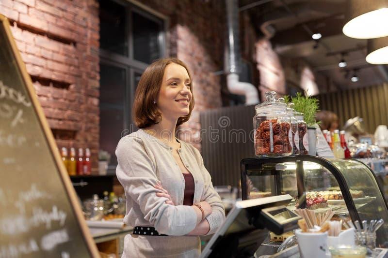 Femme ou barmaid heureuse au compteur de café photos stock
