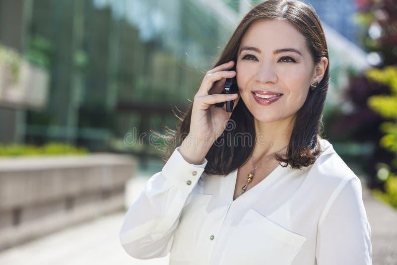 Femme ou femme d'affaires asiatique Talking au téléphone portable images libres de droits