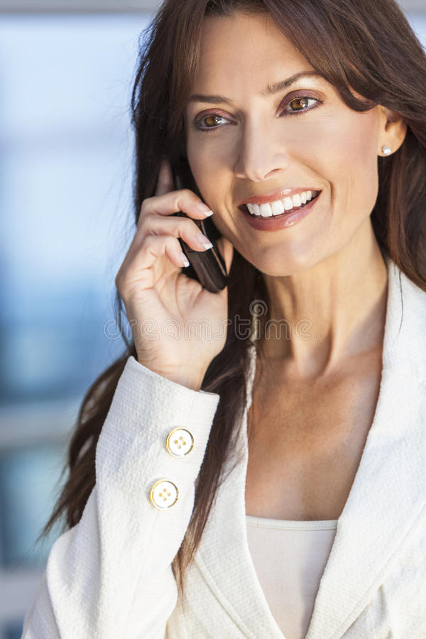 Femme ou femme d'affaires heureuse parlant sur le téléphone portable image libre de droits