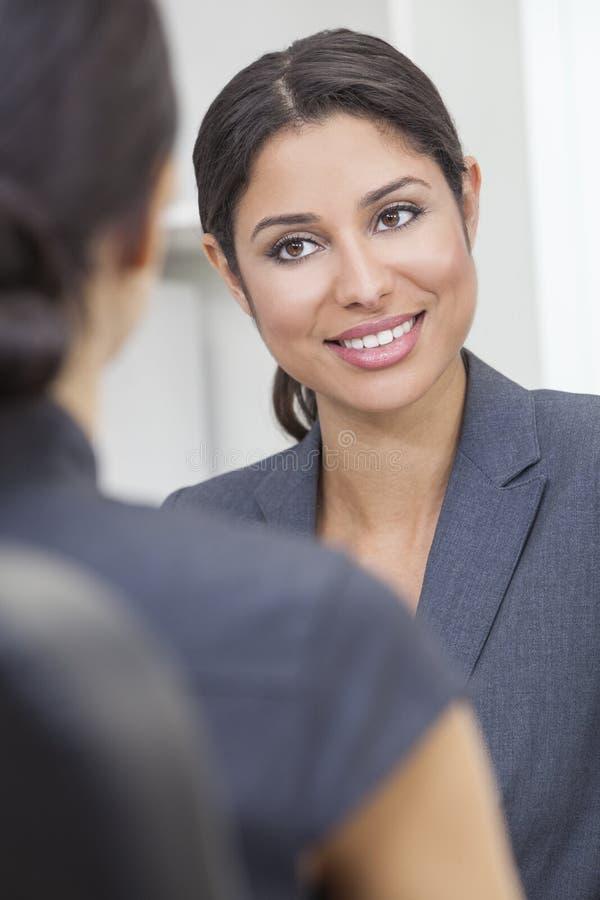 Femme ou femme d'affaires hispanique lors du contact de bureau photographie stock libre de droits