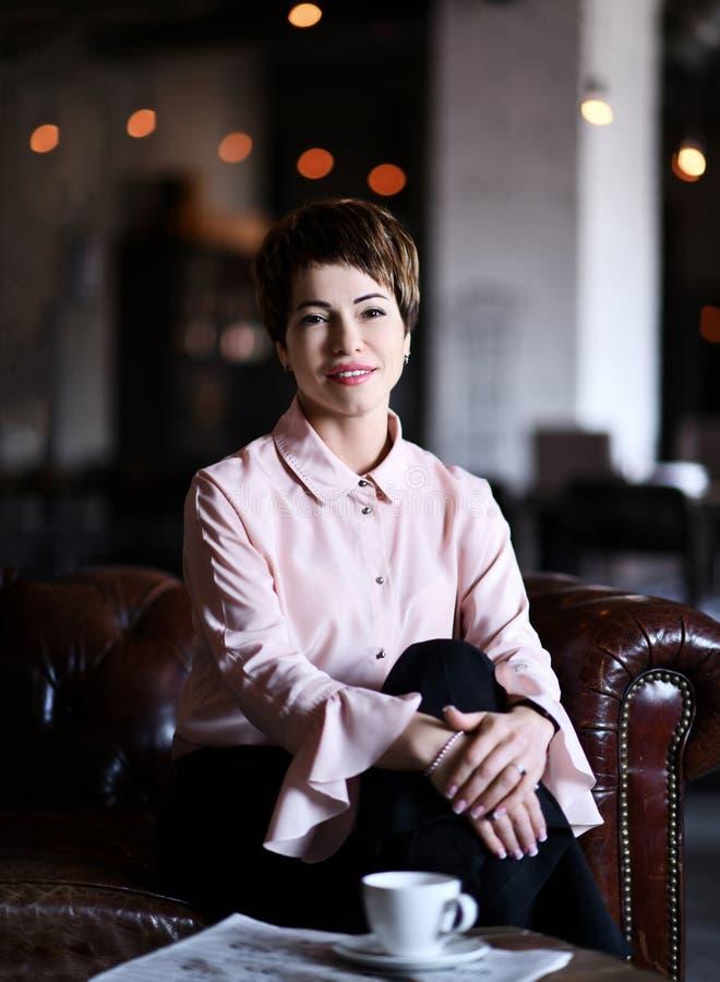 Femme ou psychologue d'affaires avec une tasse de café ou de thé devant son prêt à parler ou discuter quelque chose photo libre de droits