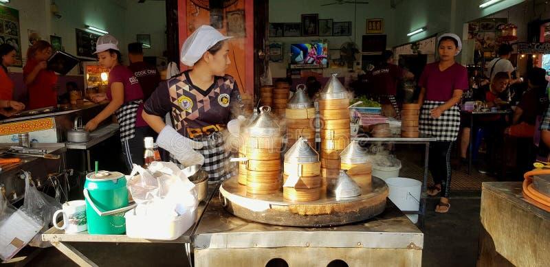 Femme ou vendeur asiatique faisant cuire et vendant le dim sum coulé chaud photo libre de droits