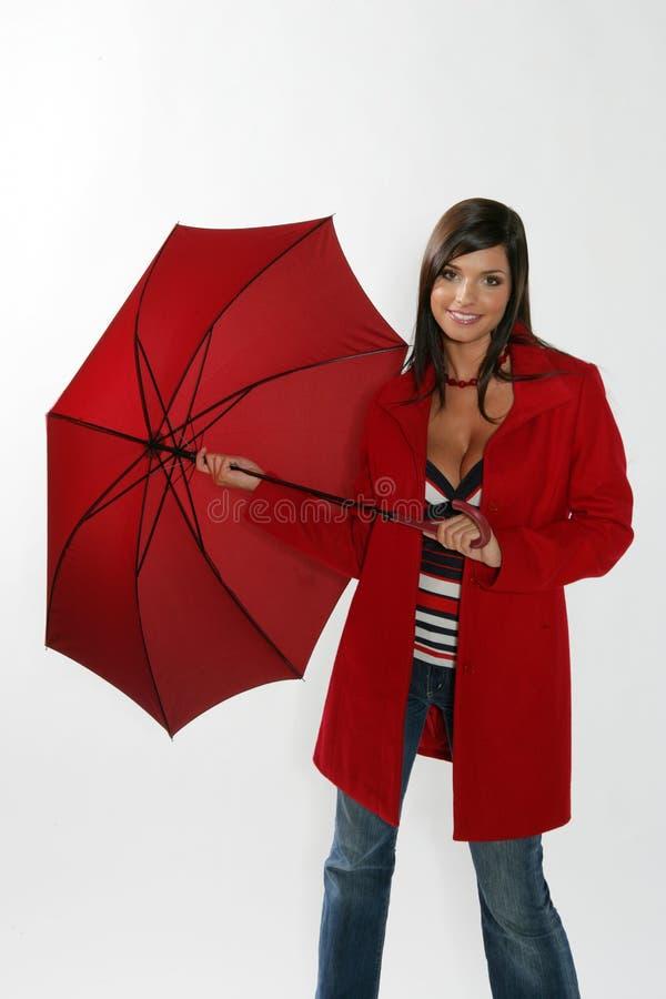 Femme ouvrant le parapluie rouge. images stock