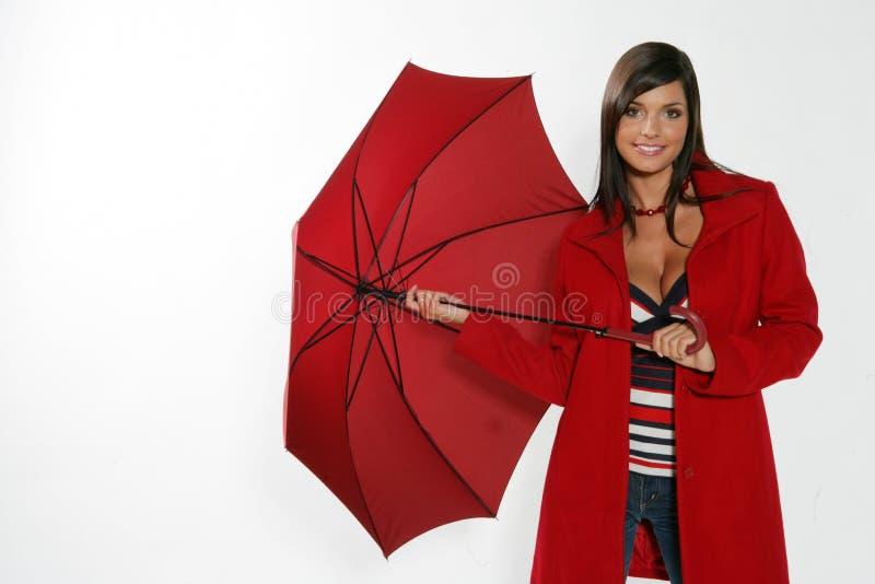 Femme ouvrant le parapluie rouge. image libre de droits