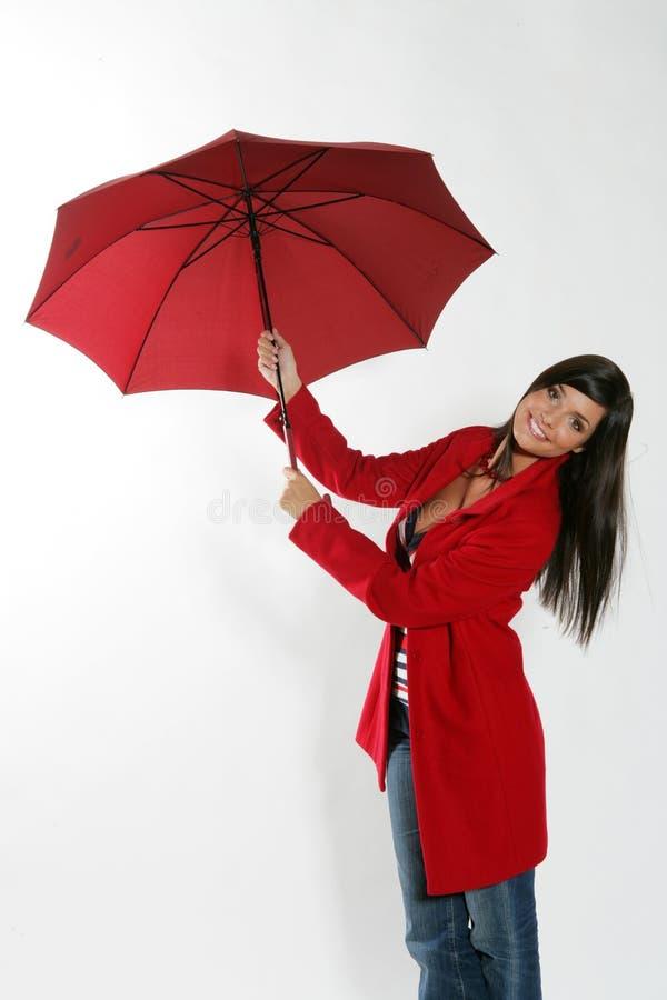 Femme ouvrant le parapluie rouge. photo libre de droits