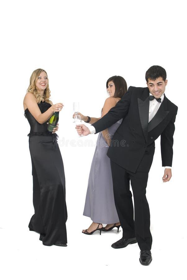 Femme ouvrant une bouteille de champagne image stock