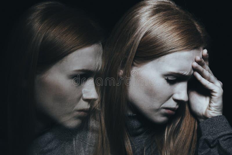 Femme pâle avec la migraine image stock