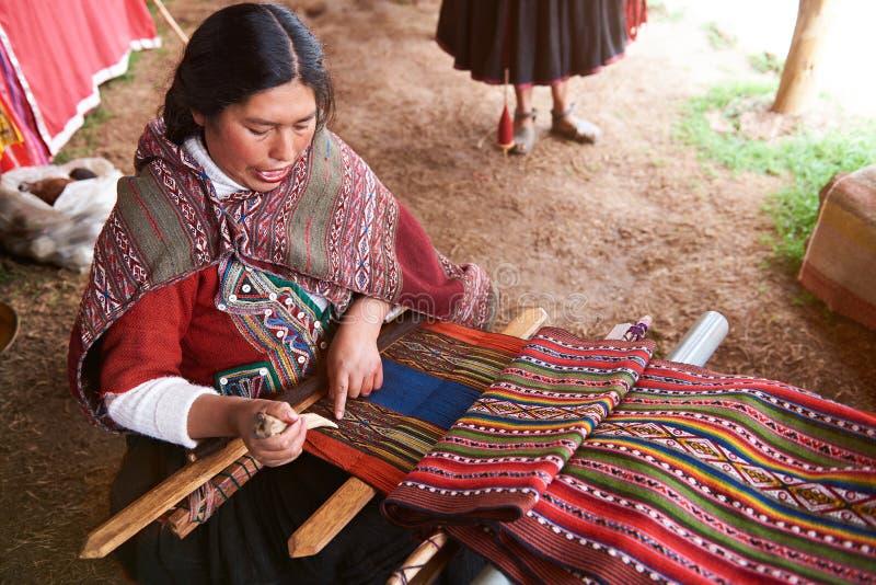 Femme péruvienne faisant la laine traditionnelle images stock