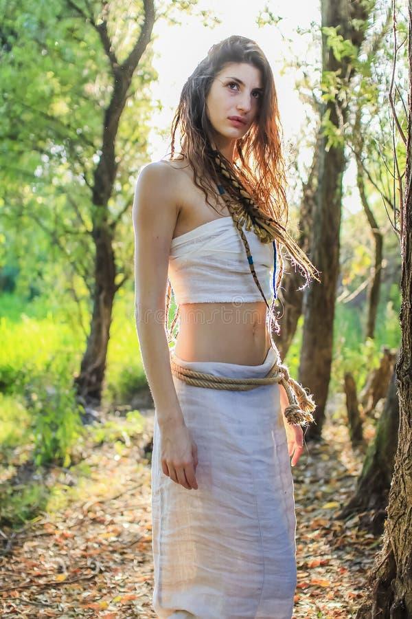 Femme païenne se demandant curieusement par la forêt images libres de droits