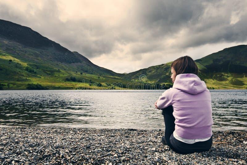 Femme par l'eau de Crummock, secteur de lac photo stock