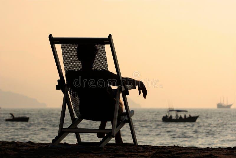 Femme par l'océan photographie stock libre de droits