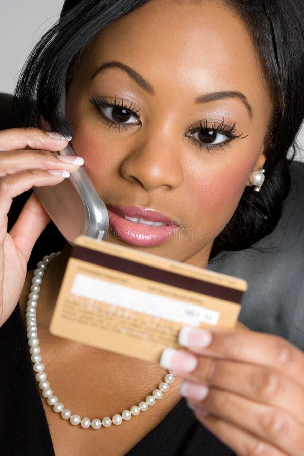 Femme par la carte de crédit photos libres de droits