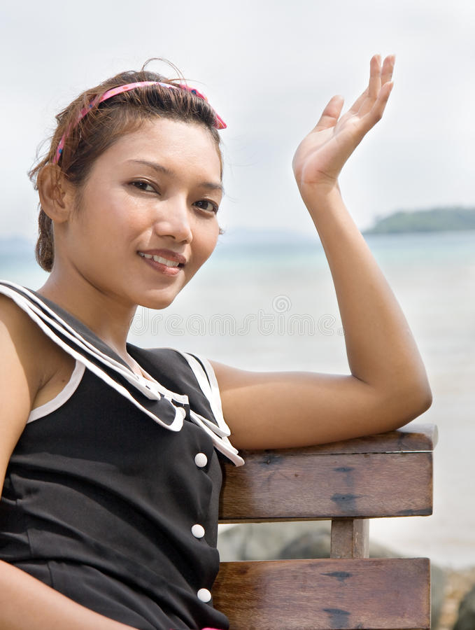 Femme par la mer photographie stock