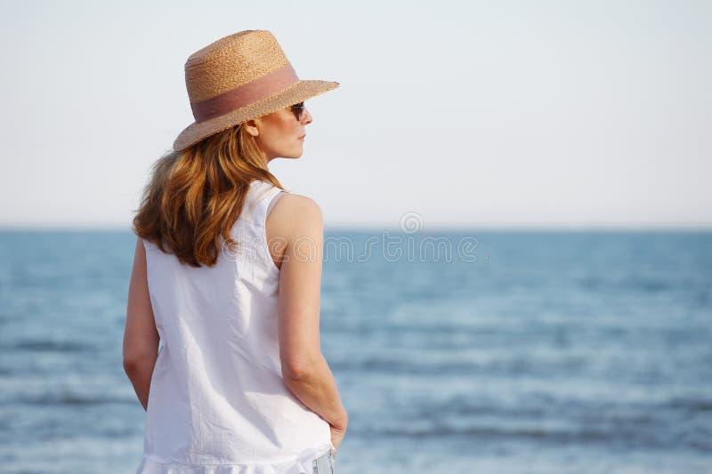 Femme par la mer photo libre de droits