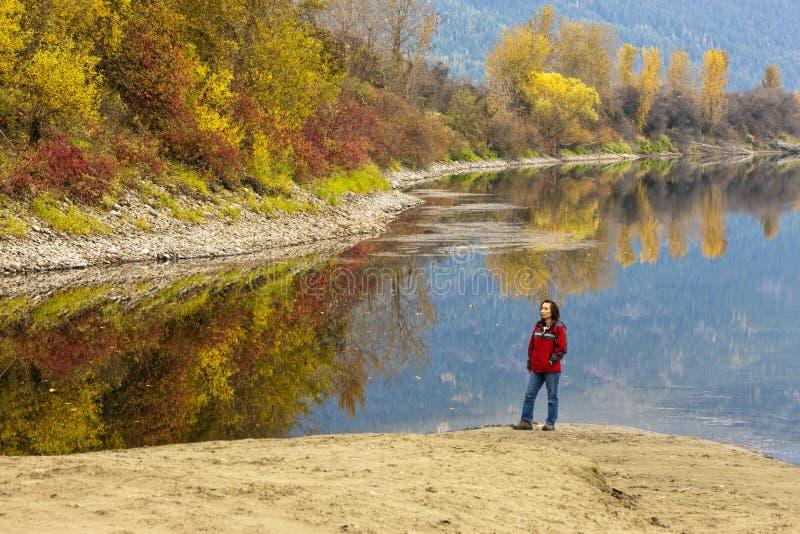 Femme par la rivière en automne images libres de droits