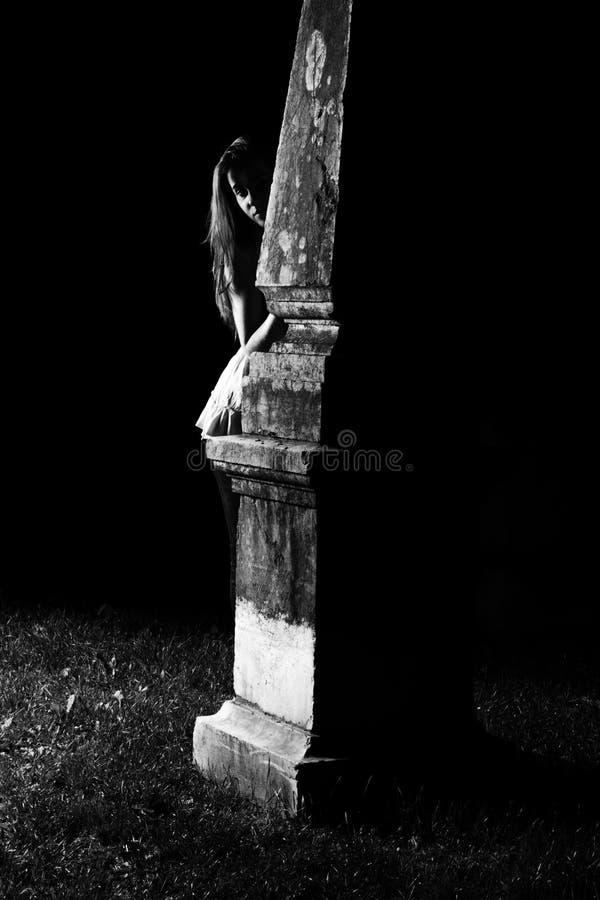 Femme par la tombe photo libre de droits