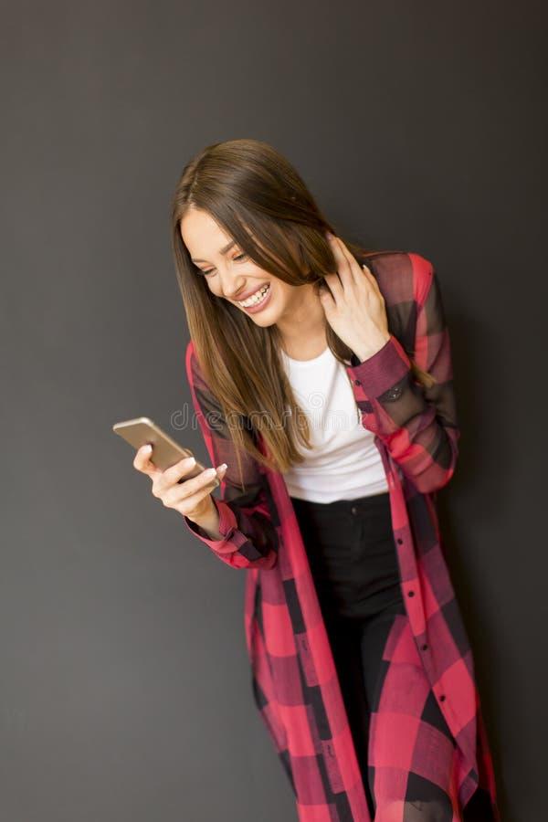 Download Femme par le mur image stock. Image du entretien, téléphone - 76088751
