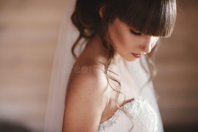 Femme parfaite de mannequin avec la beaux coiffure et maquillage Épouser la fille dans la robe l'épousant de luxe images libres de droits