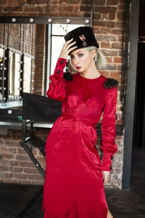 Femme parfaite de mannequin dans la robe soyeuse rouge image libre de droits