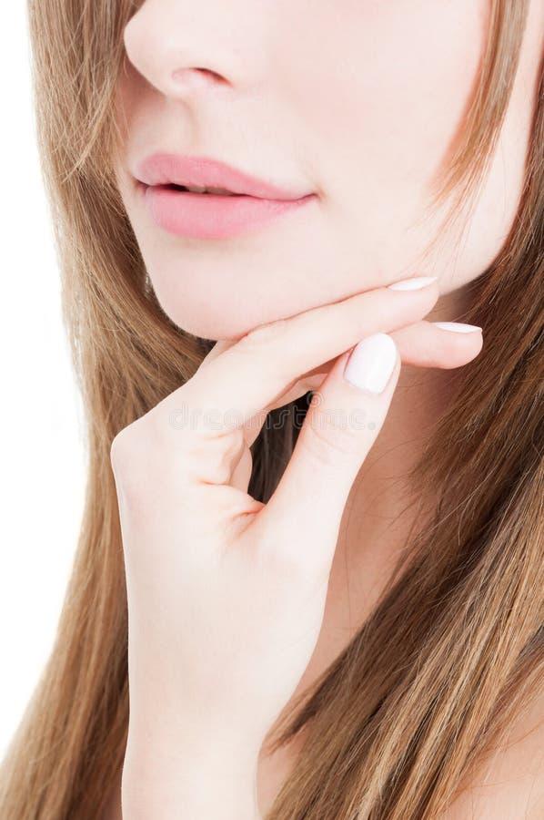 Femme parfaite de peau touchant son visage photo libre de droits