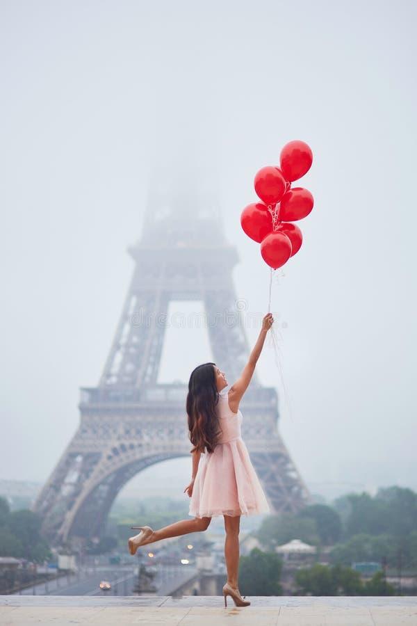 Fabuleux Femme Parisienne Avec Les Ballons Rouges Devant Tour Eiffel Photo  GI95