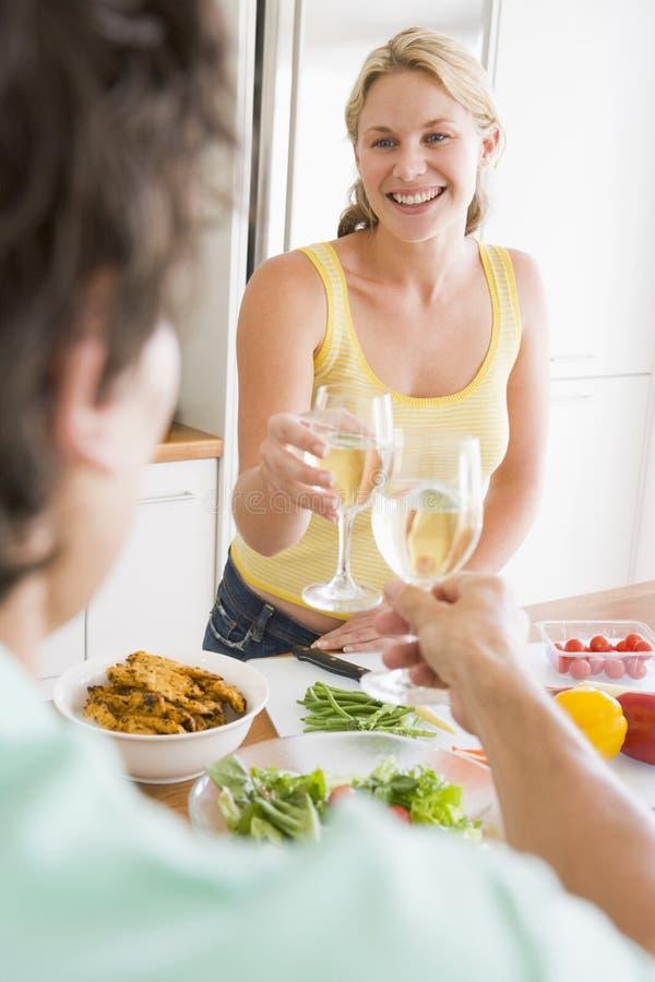Femme parlant au mari tout en préparant le repas photo libre de droits