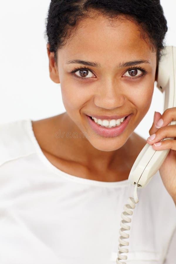 Femme parlant au téléphone photographie stock