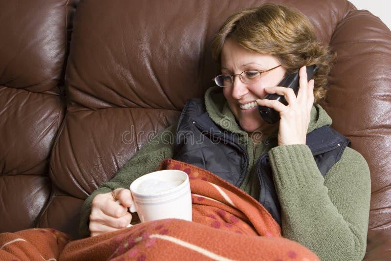 Femme parlant au téléphone photos libres de droits