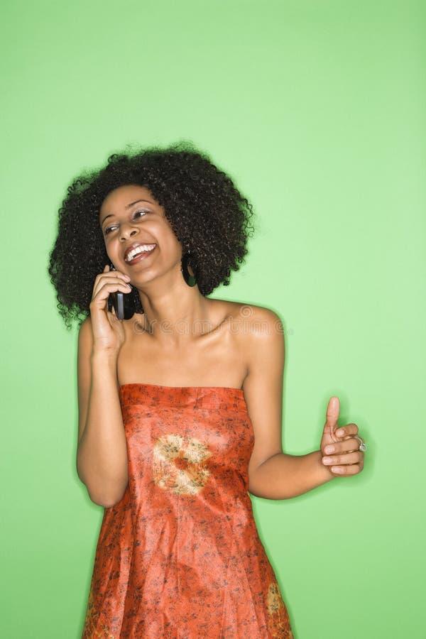 Femme parlant au téléphone. photographie stock libre de droits