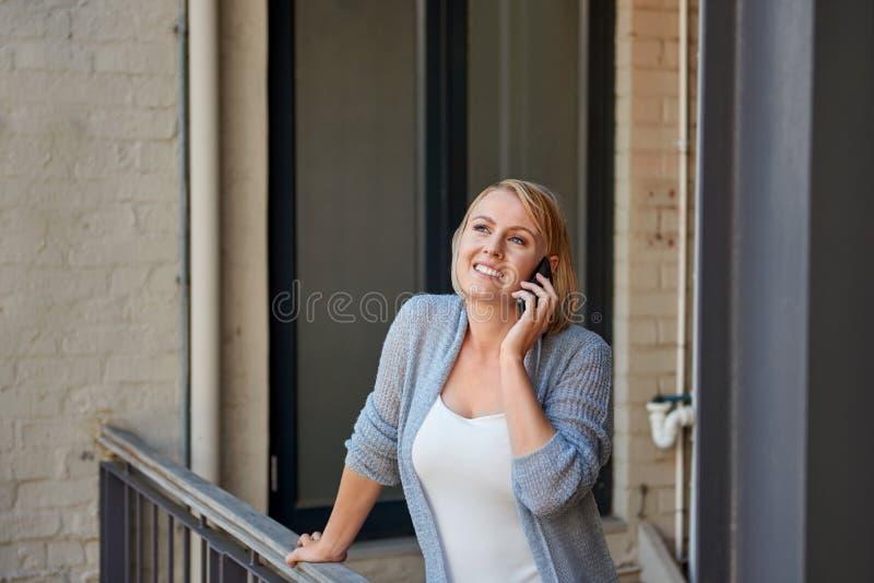 Femme parlant au téléphone images libres de droits