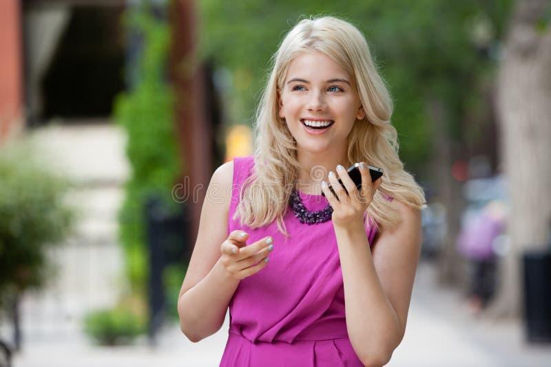 Femme parlant au téléphone dans la ville photo stock