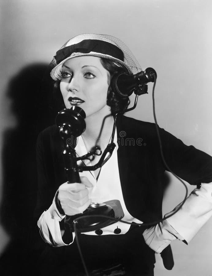 Femme parlant au téléphone (toutes les personnes représentées ne sont pas plus long vivantes et aucun domaine n'existe Garanties  images libres de droits