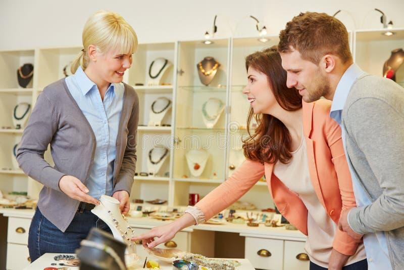 Femme parlant au vendeur à photo stock