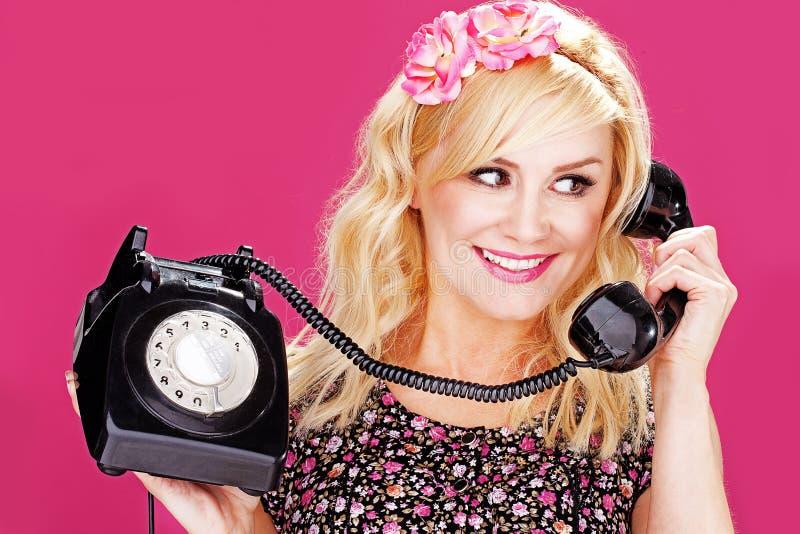 Femme parlant au vieux téléphone photo libre de droits