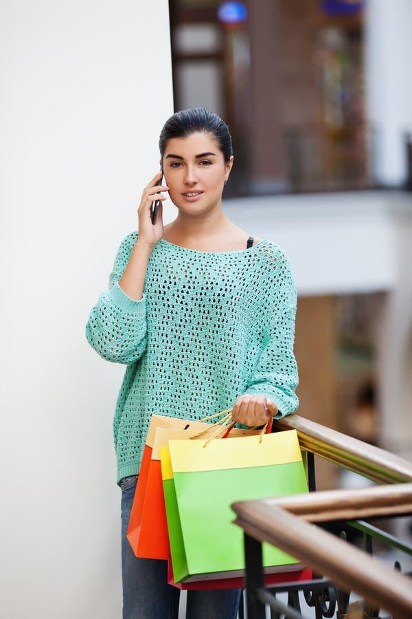 Femme parlant du téléphone photos stock