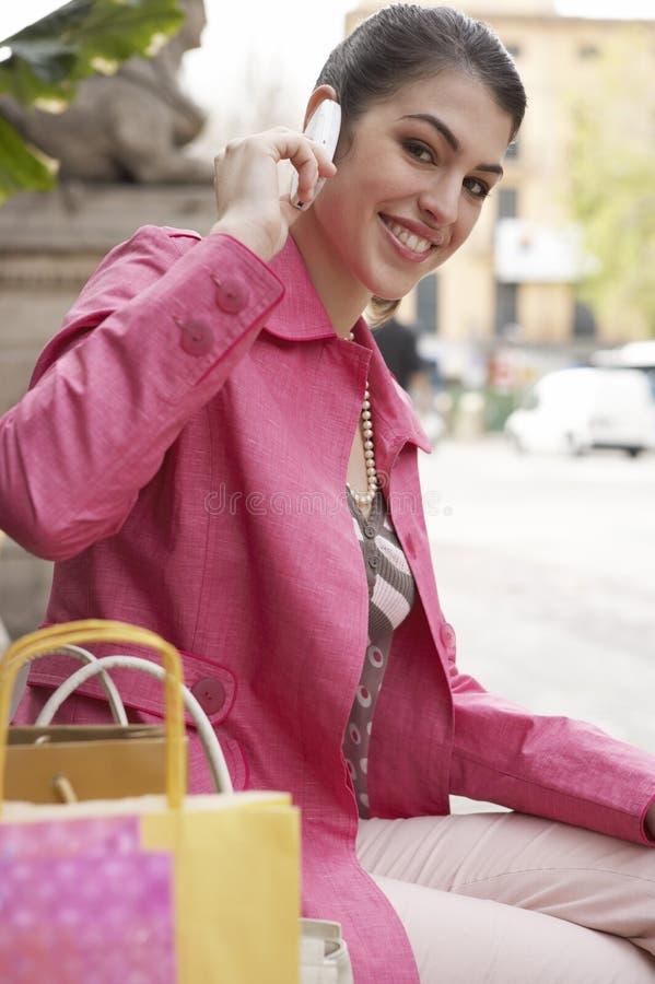Femme parlant sur le téléphone portable à l'extérieur photo stock