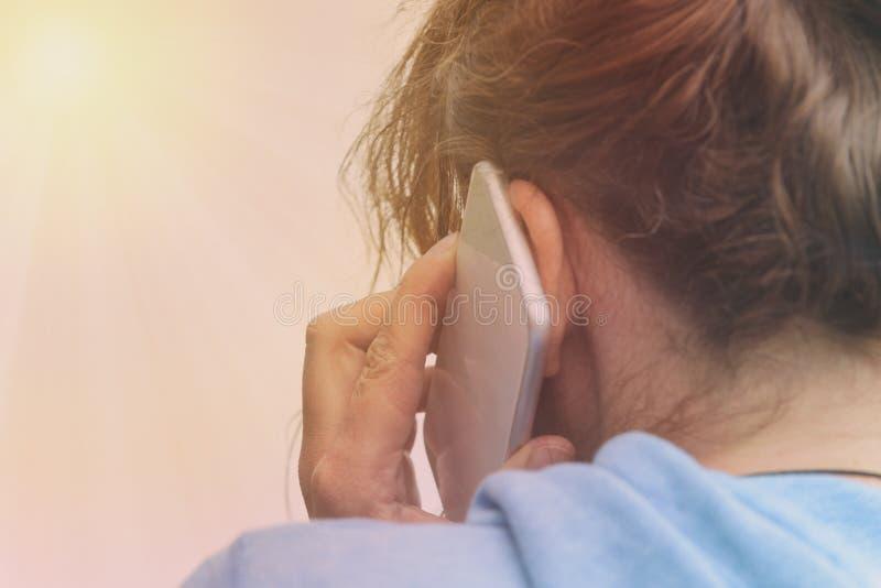 Femme parlant sur le téléphone portable photographie stock