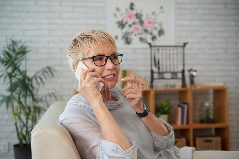 Femme parlant sur le t?l?phone portable photos stock