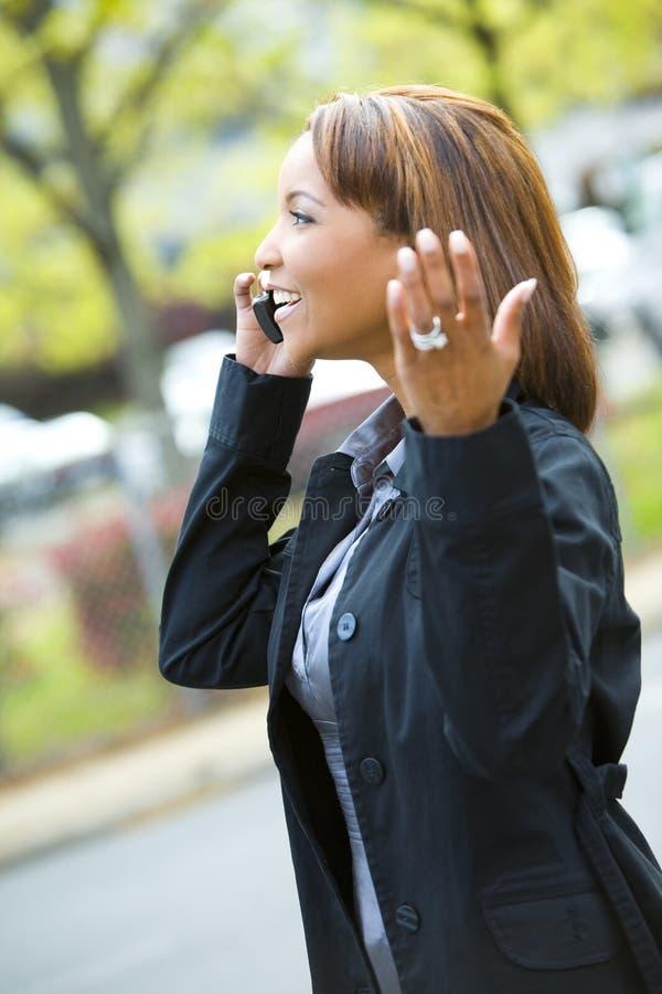 Femme parlant sur un téléphone portable photos stock
