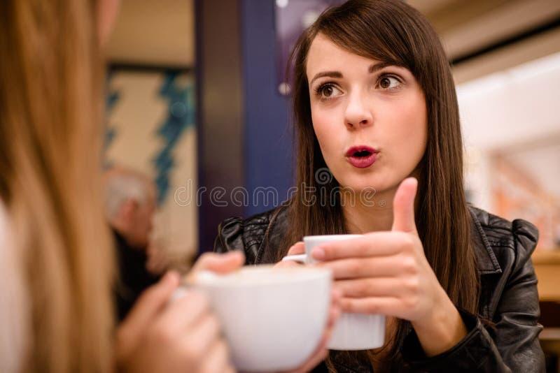 Femme parlant tout en ayant le café images stock