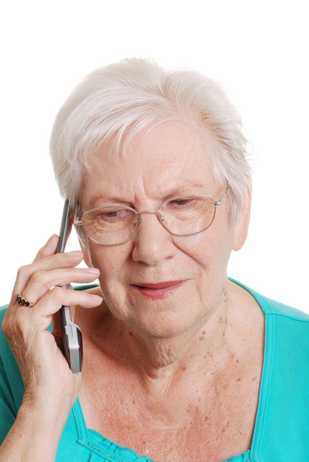 femme parlante aînée de téléphone portable images stock