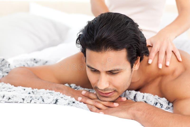Femme passionné faisant un massage à son ami photographie stock