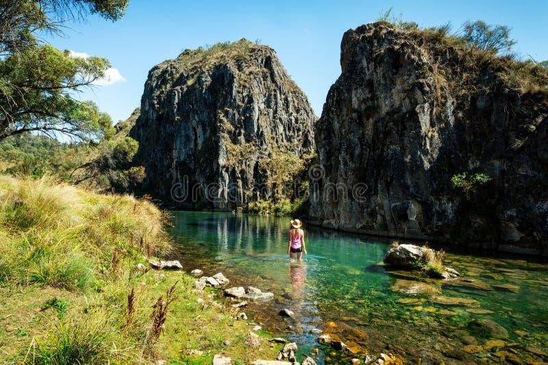 Femme pataugeant dans une des gorges spectaculaires des montagnes Australie de Milou images libres de droits