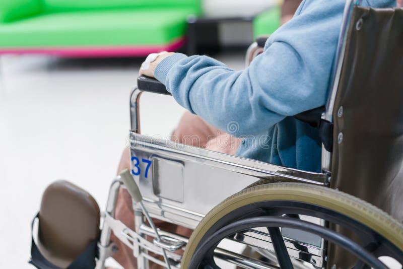 Femme patiente d'aîné sur le fauteuil roulant photos stock