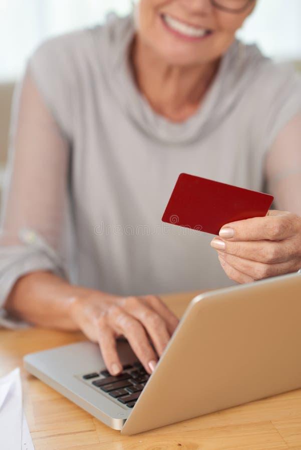 Femme payant en ligne par la carte de cr?dit images stock