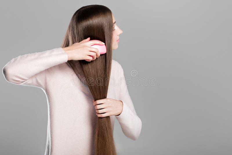 Femme peignant de longs cheveux naturels photographie stock