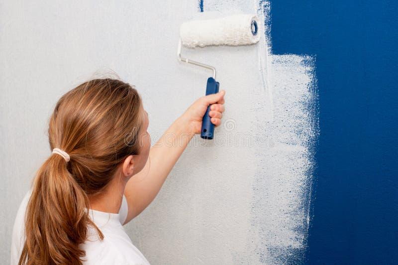 Femme peignant un mur photo libre de droits