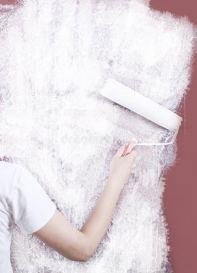 Femme peignant un mur images libres de droits
